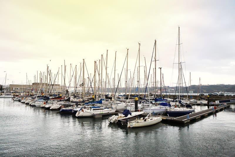 LISBOA, PORTUGAL - 12 de diciembre de 2018: Yates en descanso en el puerto de Doca de Belem en el centro de ciudad de Lisboa en P fotografía de archivo libre de regalías
