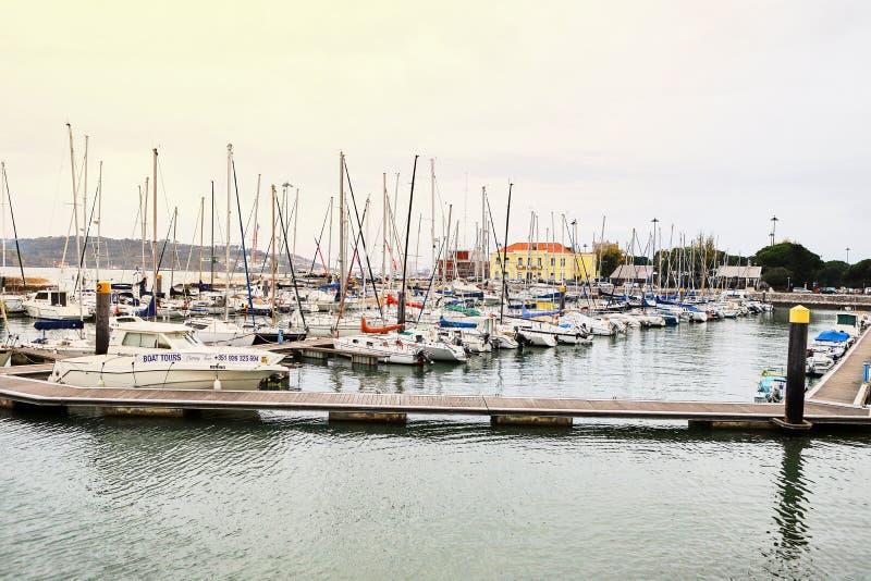 LISBOA, PORTUGAL - 12 de diciembre de 2018: Yates en descanso en el puerto de Doca de Belem en el centro de ciudad de Lisboa en P imagen de archivo