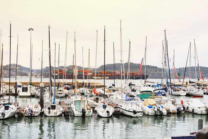 LISBOA, PORTUGAL - 12 de diciembre de 2018: Yates en descanso en el puerto de Doca de Belem en el centro de ciudad de Lisboa en P imagenes de archivo