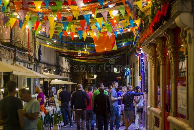 LISBOA, PORTUGAL - 21 DE JUNIO DE 2018: Gente en la calle de Lisboa durante festival popular de los santos fotos de archivo libres de regalías