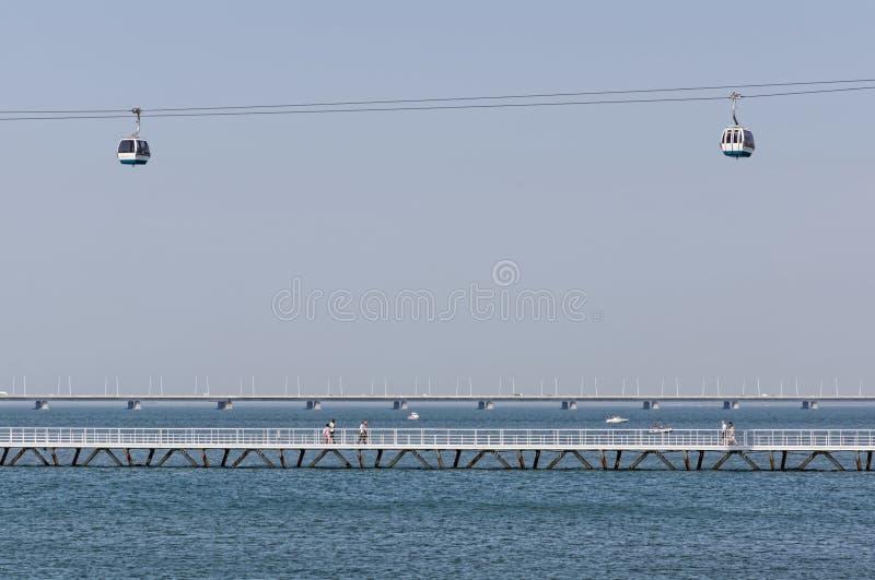 Lisboa, Portugal - 15 de maio: O teleférico e o Vasco da Gama Bridge em Lisboa o 15 de maio de 2014 O teleférico fotos de stock