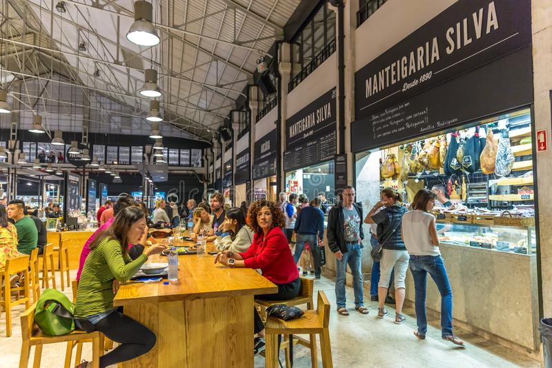 Lisboa, Portugal - 7 de maio de 2018 - Turistas e moradores jantando no Mercado da Ribeira, um mercado local na cidade de Lisboa foto de stock royalty free