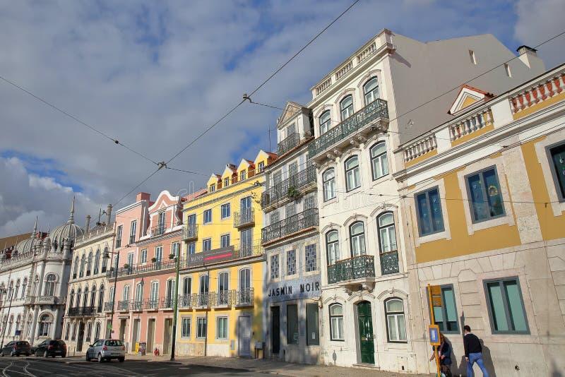 LISBOA, PORTUGAL - 4 DE NOVEMBRO DE 2017: Fachadas coloridas no quadrado real de Principe na vizinhança do alto de Bairro fotos de stock royalty free