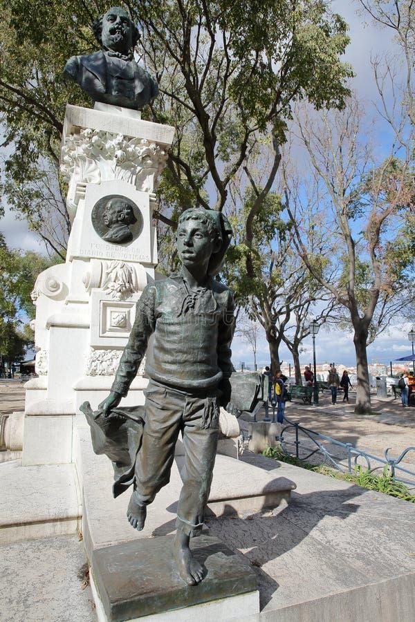 LISBOA, PORTUGAL - 4 DE NOVIEMBRE DE 2017: Primer en un monumento a Eduardo Coelho en el punto de vista Miradorou de Pedro de Alc imagen de archivo libre de regalías