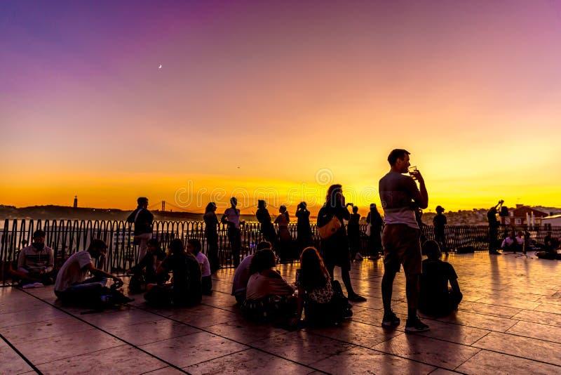 Lisboa, Portugal - 29 de outubro de 2017 - Turistas e moradores que desfrutam de um belo pôr do sol num Chiado Outlook no centro  imagens de stock