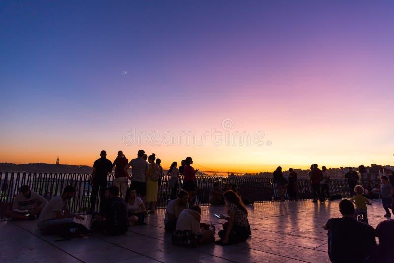 Lisboa, Portugal - 29 de outubro de 2017 - Turistas e moradores que desfrutam de um belo pôr do sol num Chiado Outlook no centro  imagens de stock royalty free