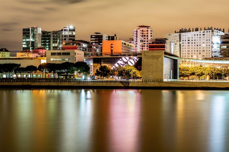 Lisboa, Portugal - 9 de septiembre de 2015: El paisaje urbano en la noche en las naciones parquea el distrito, con los edificios  imagen de archivo