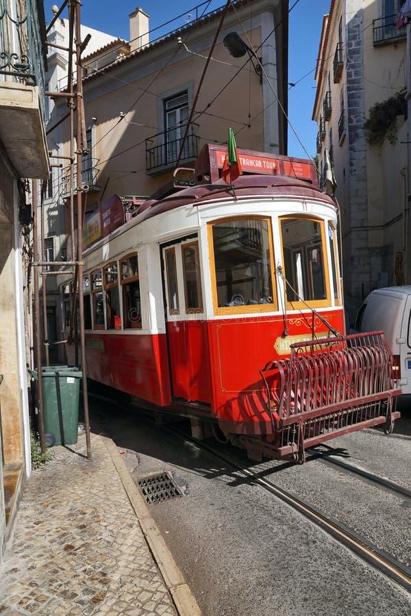 Lisboa, Portugal: el antiguo tranvía nostálgico de Lisboa pasa por una callejuela estrecha imágenes de archivo libres de regalías