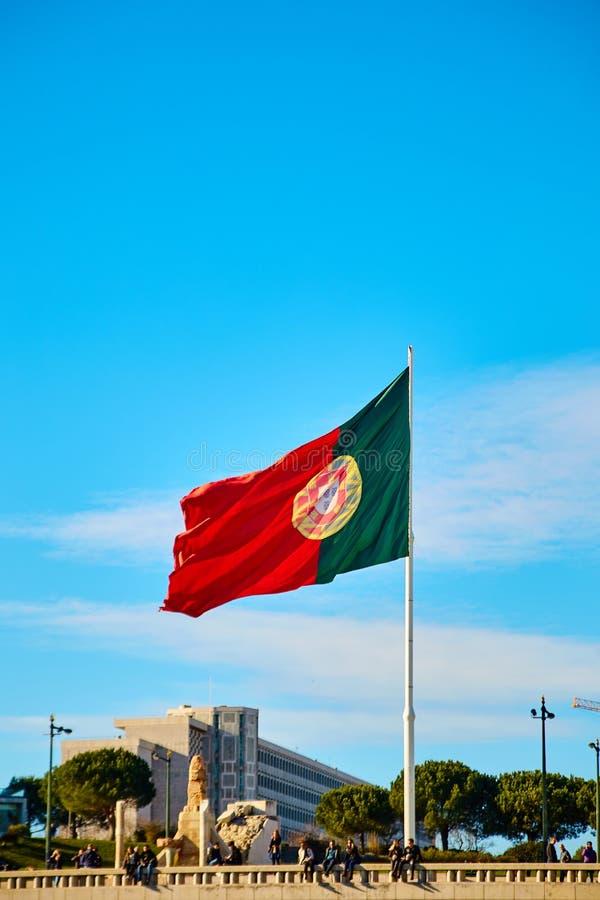 Lisboa, Portugal - em janeiro de 2018 A bandeira nacional vermelho-verde enorme de Portugal no parque do ` s VII de Eduard vibra  fotos de stock