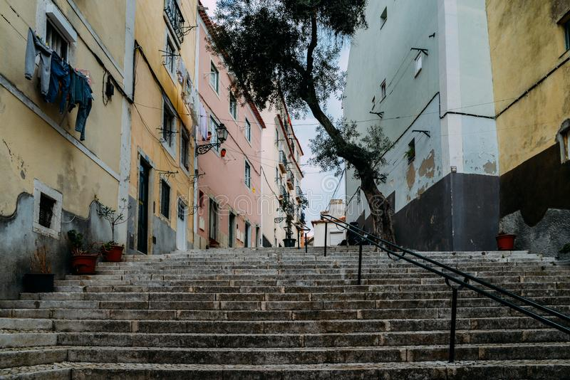 Lisboa, Portugal Escaleras de piedra con las verjas entre casas viejas coloridas en el distrito de Alfama fotografía de archivo