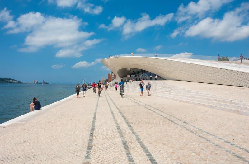 Lisboa, Portugal Gente en el museo de arte, la arquitectura y la tecnología imagen de archivo libre de regalías