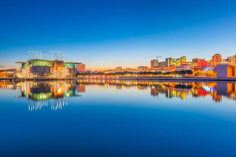 Lisboa, Portugal: Nivelando a arquitetura da cidade espelhada na água Vista do parque das nações foto de stock