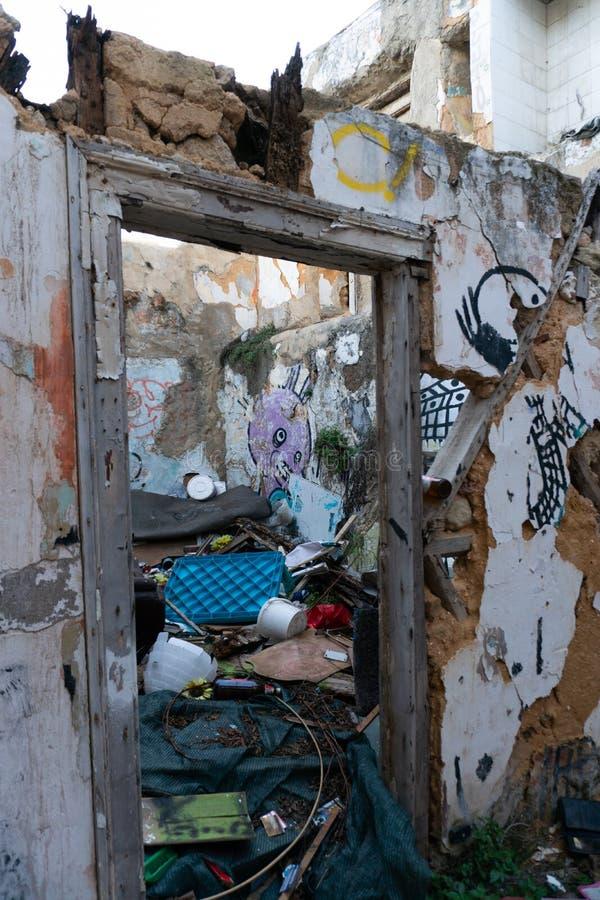 Lisboa, Portugal - novembro 13,2017: Grafittis de artista não identificado em paredes na vizinhança de Alfama em Lisboa, Portugal imagem de stock royalty free