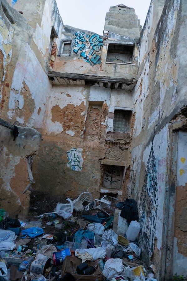 Lisboa, Portugal - novembro 13,2017: Grafittis de artista não identificado em paredes na vizinhança de Alfama em Lisboa, Portugal fotos de stock