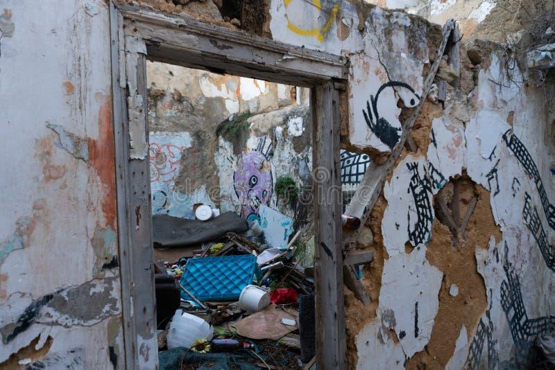 Lisboa, Portugal - novembro 13,2017: Grafittis de artista não identificado em paredes na vizinhança de Alfama em Lisboa, Portugal fotografia de stock