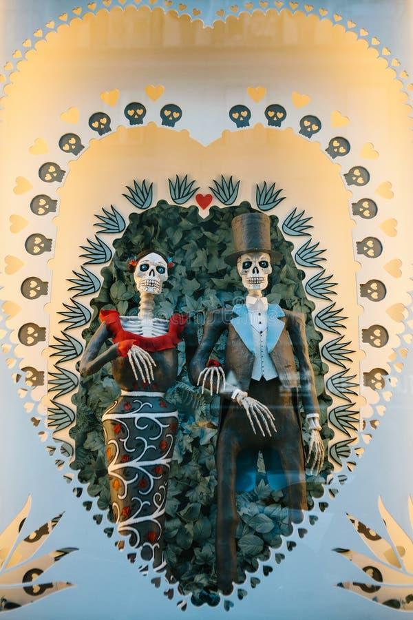 Lisboa, Portugal pode 01, 2018: brinque os esqueletos ou os cocos ou um símbolo do amor da morte Loja e lembranças do casamento fotos de stock