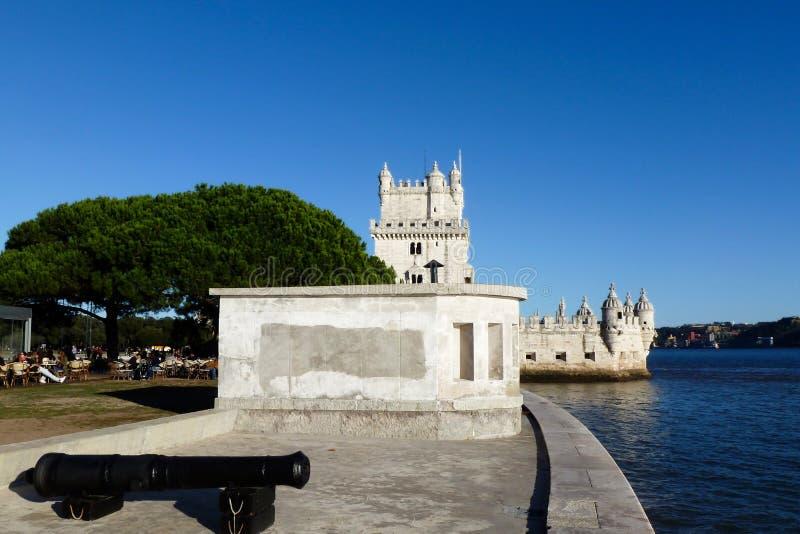 Lisboa, Portugal Torre o Torre de Belem de Belem con el río azul detrás fotografía de archivo libre de regalías