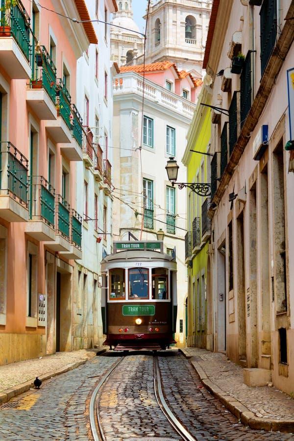 Lisboa, Portugal, 24 04 2016, tranvía tradicional vieja en un s estrecho foto de archivo