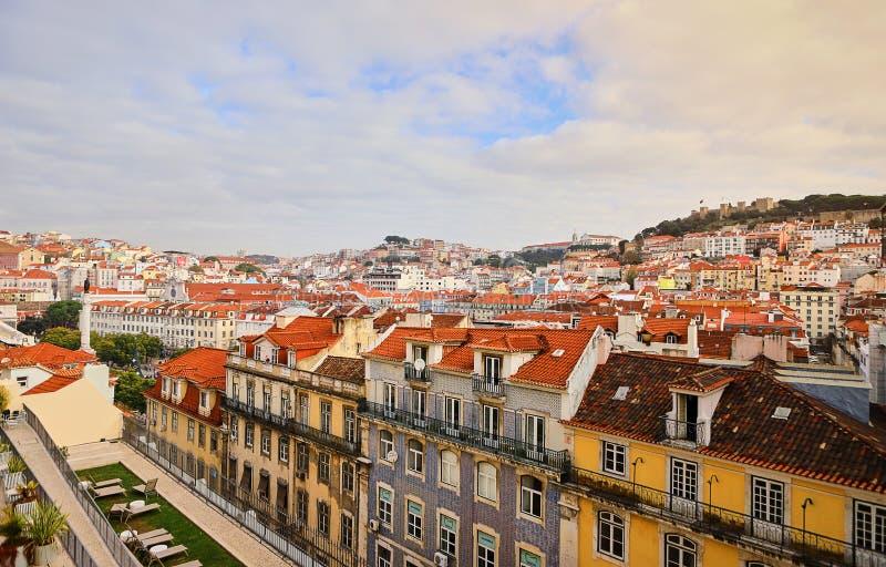 Lisboa Portugal - vista panorámica hermosa de los tejados rojos de casas en el distrito histórico antiguo Alfama y el río Tagus foto de archivo libre de regalías