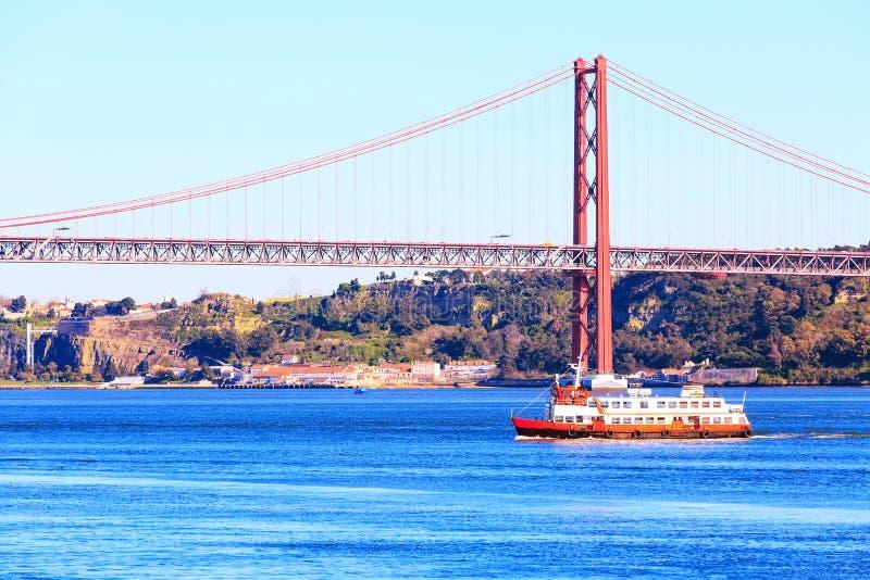 Lisboa, río el Tajo de Portugal y puente foto de archivo