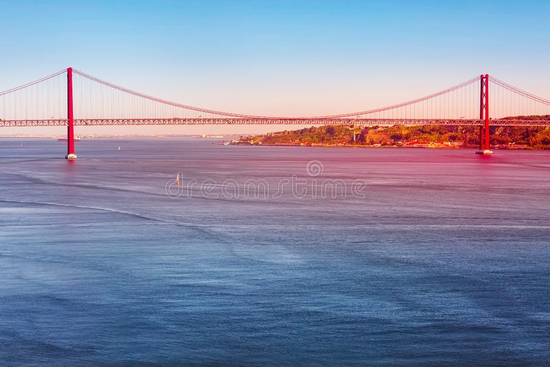 Lisboa, r?o el Tajo de Portugal y puente imagen de archivo
