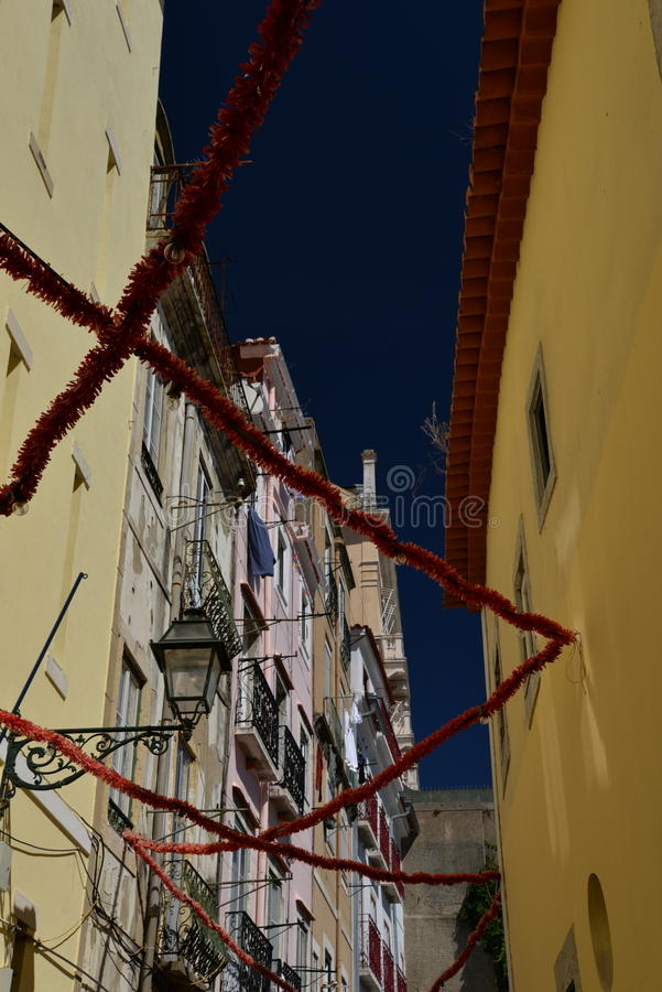lisbon Португалия Узкая улица в квартале альта Bairro стоковая фотография rf