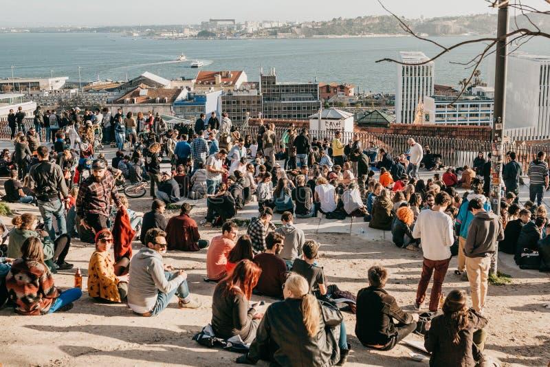 Lisbon, 01 2018 Maj: Wiele młodzi ludzie lokalni ludzie, turyści i wędrownicy na miasto punktu obserwacyjnego platformie która je zdjęcia royalty free