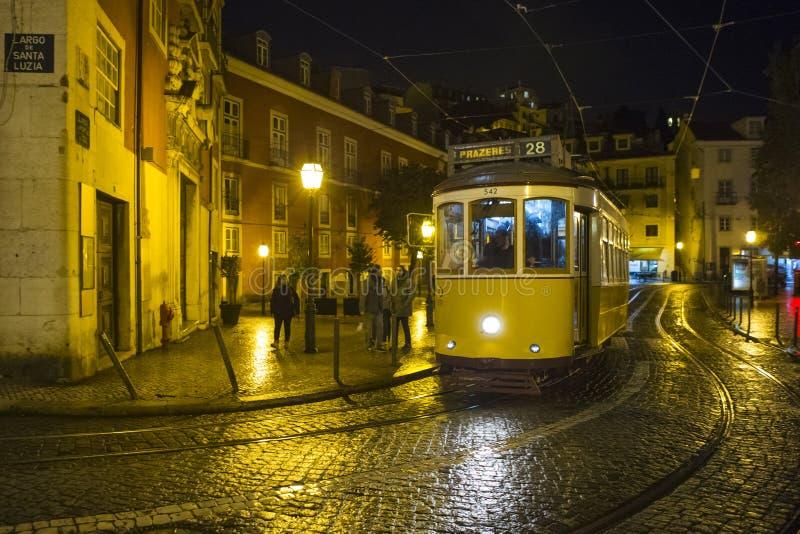 Lisbon, Październik 30, 2018: Miasta Sławnego przyciągania Żółty tramwaj liczba 28 Biega Przez Starego miasta przy Nighttime w Li zdjęcie stock