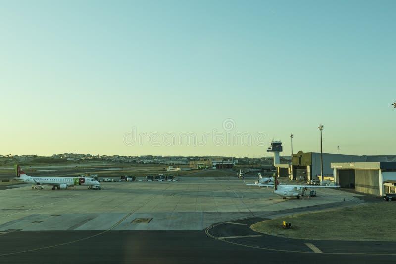 LISBON/PORTUGAL 11 AUGUSTI 2018 - Lissabon flygplatsförkläde med solnedgångljus royaltyfria foton