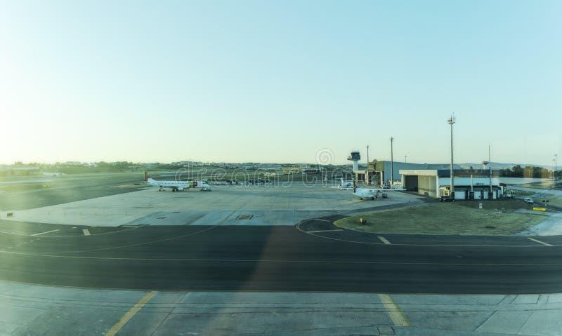 LISBON/PORTUGAL 11 augustus 2018 - de luchthavenschort van Lissabon met zonsonderganglicht stock afbeelding