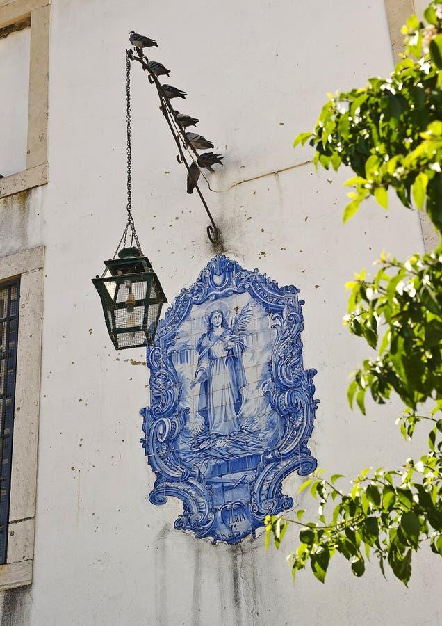 lisbon portugal Bild av helgonet Louise på fasaden av ho arkivbild