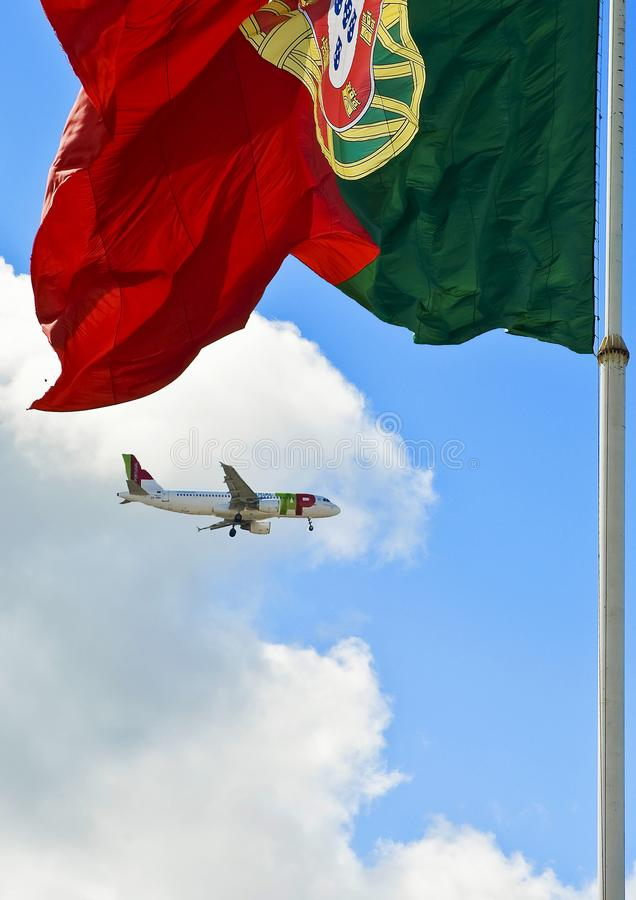 lisbon portugal En enorm nationsflagga royaltyfri foto