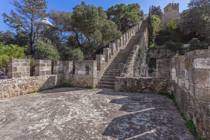 Lisbon Portugalia, Castelo De Sao Jorge, - aka świętego George kasztel Schody na defensyw ścianach z widokiem t obrazy royalty free