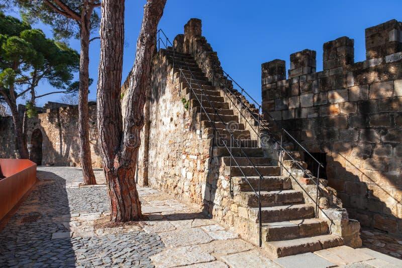 Lisbon Portugalia, Castelo De Sao Jorge, - aka świętego George kasztel Schody w defensyw ścianach z widokiem fotografia royalty free