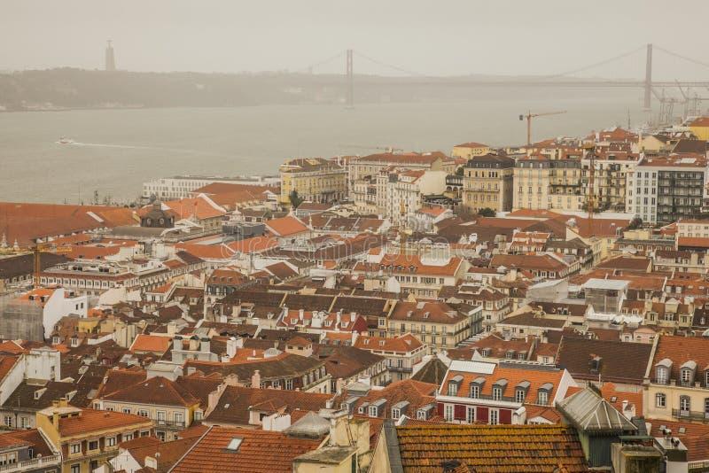 Lisbon, Portugalia, Europa i 25 De Abril Przerzucający most, - stary miasteczko, chmurny dzień obraz stock