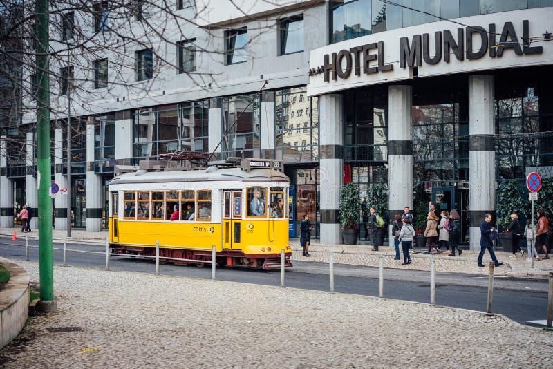 LISBON PORTUGALIA, Grudzień, - 31, 2017: Uliczny widok z sławnym starym historycznym turystycznym żółtym tramwajem Sławny rocznik obraz stock
