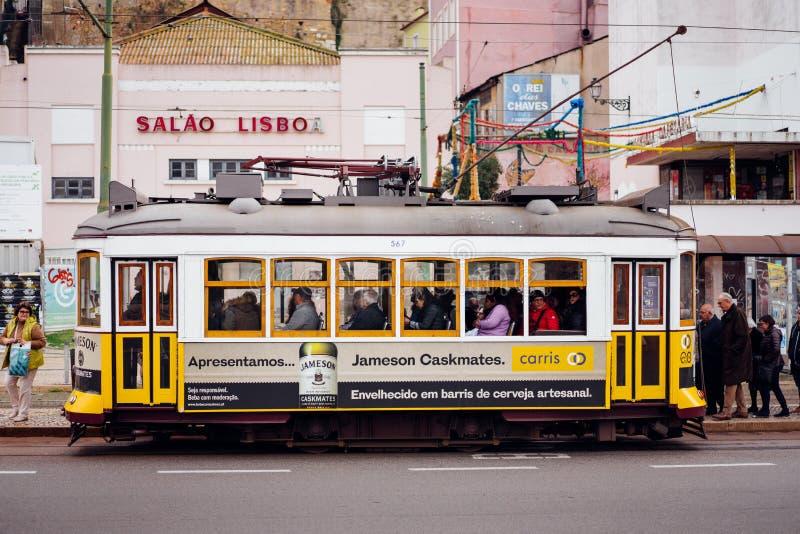 LISBON PORTUGALIA, Grudzień, - 31, 2017: Uliczny widok z sławnym starym historycznym turystycznym żółtym tramwajem Sławny rocznik obrazy stock