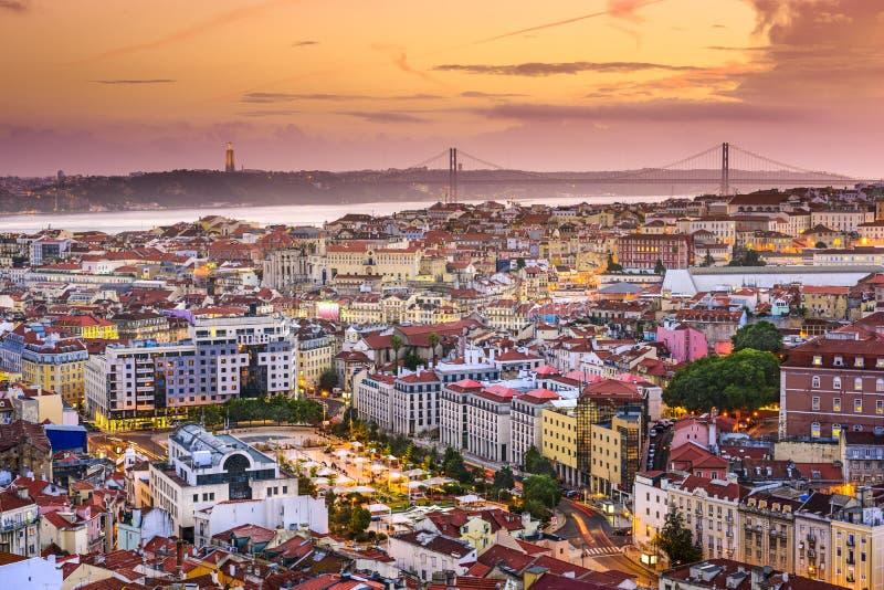 Lisbon, Portugalia linia horyzontu przy nocą zdjęcia royalty free