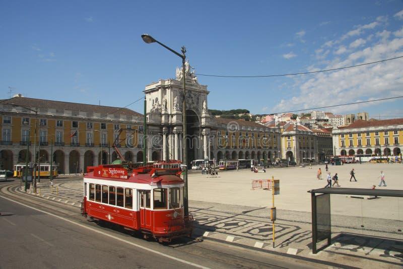 Czerwony zwiedzający tramwaj przy Lisbon handlu kwadratem obrazy royalty free