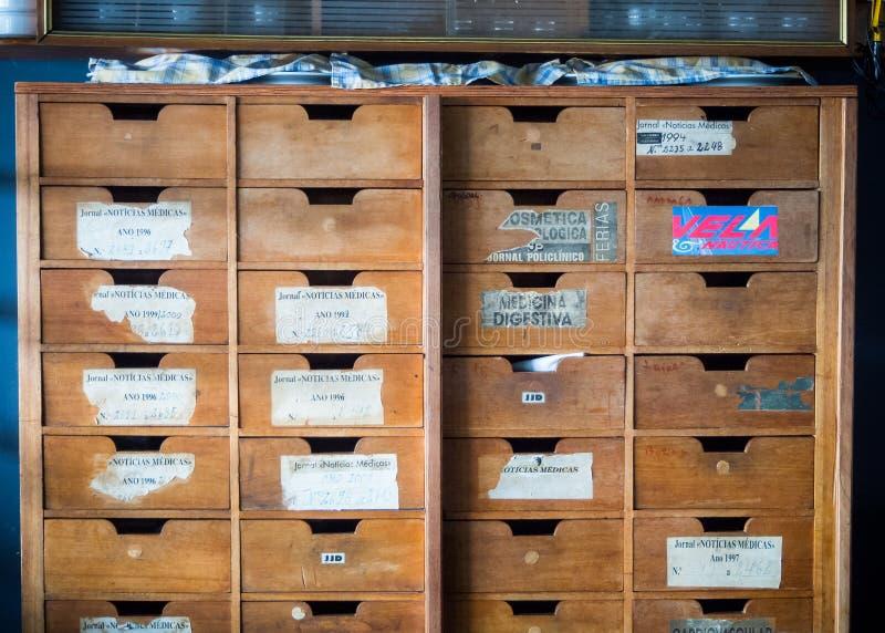 LISBON PORTUGALIA, Maj, - 4: Starzy Medyczni dokumenty archiwizujący w vint obraz stock