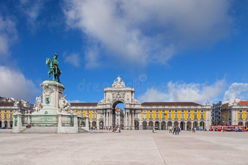 Lisbon, Portugalia: Praca robi Comercio aka Terreirro robi Paco kwadratowi z sławnym Triumfalnym łukiem Rua Augusta St zdjęcie royalty free