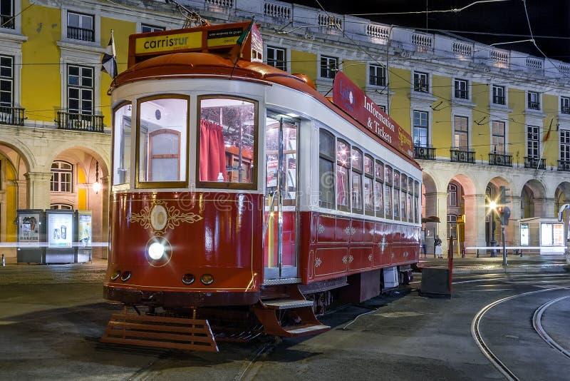 Lisbon, Portugalia: Rocznika tramwaj używać Carris dla turysty w Pracie lub turystyk wycieczki turysyczne robimy Comercio zdjęcie royalty free