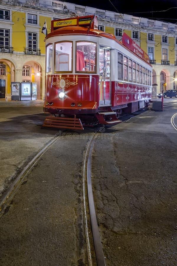 Lisbon, Portugalia: Rocznika tramwaj u?ywa? Carris dla turysty w Pracie lub turystyk wycieczki turysyczne robimy Comercio zdjęcia royalty free