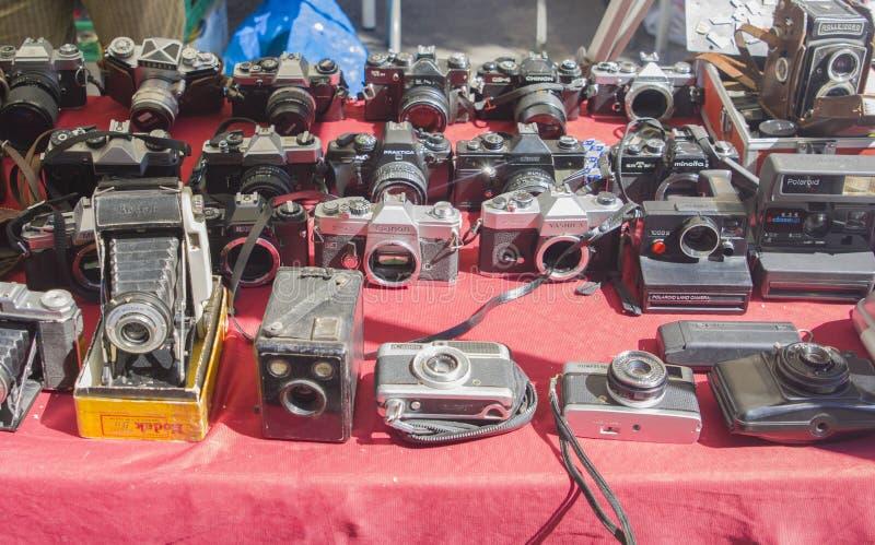 Lisbon Portugalia, Sierpień, - 05, 2017: Kolekcja stare rocznik kamery przy pchli targ fotografia royalty free
