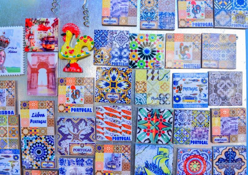 Lisbon Portugalia, Sierpień, - 05, 2017: Kolorowe Ceramicznych płytek magnesów pamiątki obraz stock