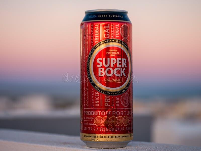 Lisbon Portugalia, Sierpień, - 1, 2017: Super Bock piwna puszka na ścianie z zmierzchem w tle obraz royalty free