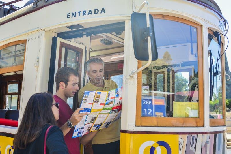 LISBON PORTUGALIA, SIERPIEŃ, - 07, 2017: Tramwajowy kierowca pokazuje turystom sposób na mapie fotografia royalty free