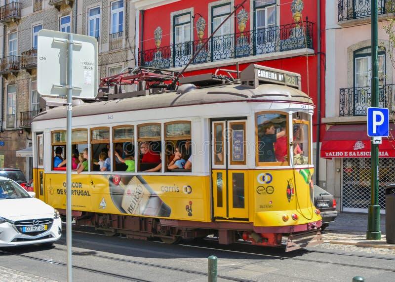 LISBON PORTUGALIA, SIERPIEŃ, - 06, 2017: Turyści w rocznika tramwaju w Lisbon, Portugalia obrazy stock