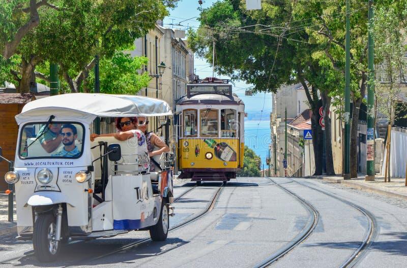 LISBON PORTUGALIA, SIERPIEŃ, - 06, 2017: Turyści w taxi Tuku tuku w Lisbon, Portugalia obrazy royalty free
