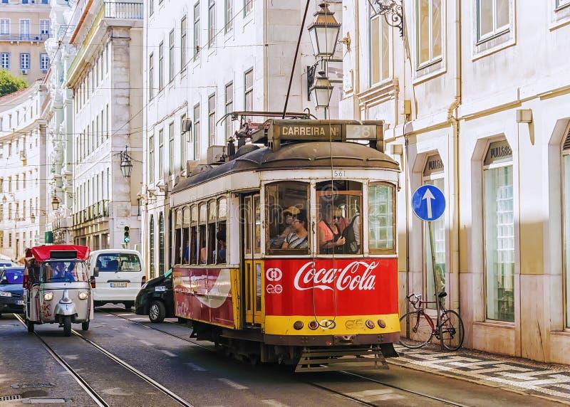 LISBON, PORTUGALIA, WRZESIEŃ 9, 2015: historyczni czerwoni retro tramwajowi adv fotografia stock